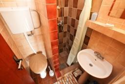 Ванная комната. Черногория, Нивице : Апартамент с отдельной спальней, с балконом с видом на море