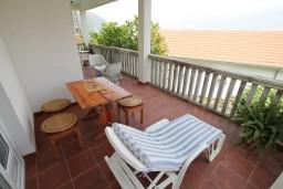 Балкон. Черногория, Нивице : Апартамент с отдельной спальней, с балконом с видом на море