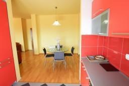 Кухня. Черногория, Петровац : Апартамент 115м2 с двумя спальнями в Петроваце, 2 ванные комнаты, балкон с видом на море, 200 метров до пляжа