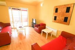 Гостиная. Черногория, Петровац : Апартамент 115м2 с двумя спальнями в Петроваце, 2 ванные комнаты, балкон с видом на море, 200 метров до пляжа