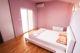 Спальня. Черногория, Петровац : Апартамент 115м2 с двумя спальнями в Петроваце, 2 ванные комнаты, балкон с видом на море, 200 метров до пляжа