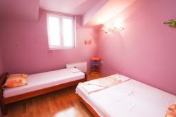 Спальня 2. Черногория, Петровац : Апартамент 115м2 с двумя спальнями в Петроваце, 2 ванные комнаты, балкон с видом на море, 200 метров до пляжа