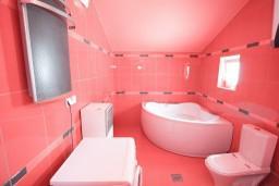 Ванная комната. Черногория, Петровац : Апартамент 115м2 с двумя спальнями в Петроваце, 2 ванные комнаты, балкон с видом на море, 200 метров до пляжа