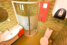 Ванная комната 2. Черногория, Петровац : Апартамент 115м2 с двумя спальнями в Петроваце, 2 ванные комнаты, балкон с видом на море, 200 метров до пляжа