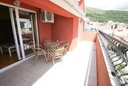 Балкон 2. Черногория, Петровац : Апартамент 115м2 с двумя спальнями в Петроваце, 2 ванные комнаты, балкон с видом на море, 200 метров до пляжа