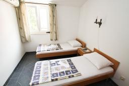 Спальня 2. Черногория, Бечичи : Этаж дома для 9 человек, с 4-ю отдельными спальнями, с гостиной, с 3-мя ванными комнатами, с 3 балконами по 12м2 каждый и большая терраса 50м2