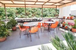 Терраса. Черногория, Бечичи : Этаж дома для 9 человек, с 4-ю отдельными спальнями, с гостиной, с 3-мя ванными комнатами, с 3 балконами по 12м2 каждый и большая терраса 50м2