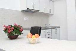 Кухня. Черногория, Бечичи : Этаж дома для 9 человек, с 4-ю отдельными спальнями, с гостиной, с 3-мя ванными комнатами, с 3 балконами по 12м2 каждый и большая терраса 50м2