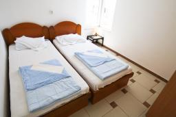 Спальня. Черногория, Рафаиловичи : Апартамент с отдельной спальней, с большой гостиной, в 100 метрах от пляжа в Рафаиловичи