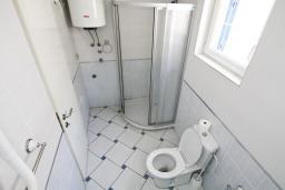 Ванная комната. Черногория, Рафаиловичи : Апартамент с отдельной спальней, с большой гостиной, в 100 метрах от пляжа в Рафаиловичи