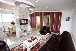 Гостиная. Черногория, Добра Вода : Роскошный пентхаус для 5-7 человек, с 2-мя отдельными спальнями с ванными комнатами, с большой гостиной, с шикарным видом на море