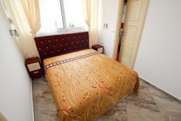 Спальня. Черногория, Добра Вода : Роскошный пентхаус для 5-7 человек, с 2-мя отдельными спальнями с ванными комнатами, с большой гостиной, с шикарным видом на море
