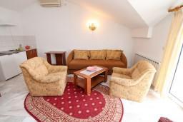 Гостиная. Черногория, Герцег-Нови : Апартамент с 1 спальней, балконом и видом на море