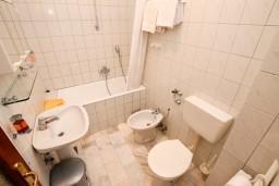 Ванная комната. Черногория, Герцег-Нови : Апартамент с 1 спальней, балконом и видом на море