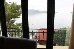 Вид. Черногория, Игало : Апартамент в Игало с шикарным видом на залив в 5 метрах от моря