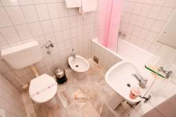 Ванная комната. Черногория, Герцег-Нови : Апартамент с 2 спальнями и видом на море