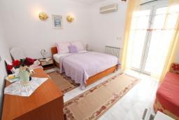 Спальня. Черногория, Герцег-Нови : Двухместный номер с балконом и видом на море