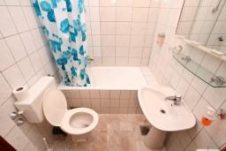 Ванная комната. Черногория, Герцег-Нови : Двухместный номер с балконом и видом на море