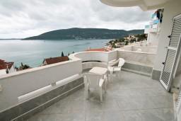 Балкон. Черногория, Герцег-Нови : Двухместный номер с балконом и видом на море
