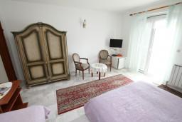 Спальня. Черногория, Герцег-Нови : Трехместный номер с балконом и видом на море