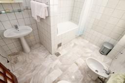 Ванная комната. Черногория, Герцег-Нови : Трехместный номер с балконом и видом на море