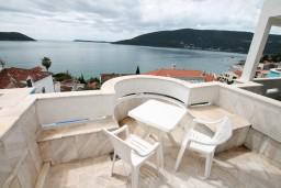 Балкон. Черногория, Герцег-Нови : Трехместный номер с балконом и видом на море
