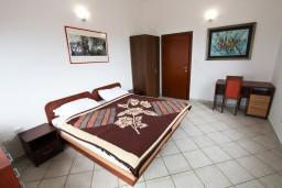 Спальня. Черногория, Каменово : Апартамент на 4 персоны, с 2-мя отдельными спальнями, с террасой с шикарным видом на море
