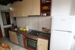 Кухня. Черногория, Каменово : Апартамент на 4 персоны, с 2-мя отдельными спальнями, с террасой с шикарным видом на море