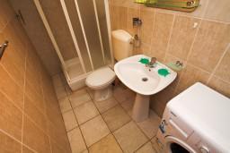 Ванная комната. Черногория, Каменово : Апартамент на 4 персоны, с 2-мя отдельными спальнями, с террасой с шикарным видом на море