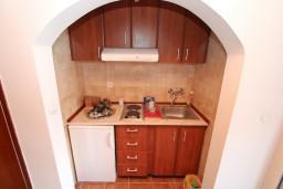 Кухня. Черногория, Нивице : Двухуровневый апартамент для 8-10 человек, с 4-мя отдельными спальнями, с 3-мя ванными комнатами, с террасой с шикарным видом на море и двумя балконами, 150 метров до пляжа