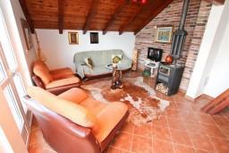 Гостиная. Черногория, Нивице : Двухуровневый апартамент для 8-10 человек, с 4-мя отдельными спальнями, с 3-мя ванными комнатами, с террасой с шикарным видом на море и двумя балконами, 150 метров до пляжа