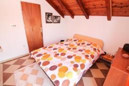 Спальня. Черногория, Нивице : Двухуровневый апартамент для 8-10 человек, с 4-мя отдельными спальнями, с 3-мя ванными комнатами, с террасой с шикарным видом на море и двумя балконами, 150 метров до пляжа