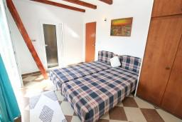 Спальня 2. Черногория, Нивице : Двухуровневый апартамент для 8-10 человек, с 4-мя отдельными спальнями, с 3-мя ванными комнатами, с террасой с шикарным видом на море и двумя балконами, 150 метров до пляжа