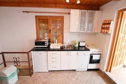Кухня. Черногория, Герцег-Нови : 2-х этажный дом с 2-мя отдельными спальнями, с большой гостиной, с бассейном, с террасой со встроенным барбекю и фонтаном