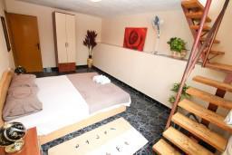 Спальня. Черногория, Герцег-Нови : 2-х этажный дом с 2-мя отдельными спальнями, с большой гостиной, с бассейном, с террасой со встроенным барбекю и фонтаном