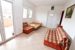 Студия (гостиная+кухня). Черногория, Игало : Большая студия со стиральной машинкой и интернетом в 60 метрах от моря