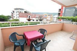 Балкон. Черногория, Игало : Большая студия со стиральной машинкой и интернетом в 60 метрах от моря