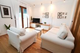 Гостиная. Черногория, Игало : Современный апартамент с отдельной спальней, с балконом с видом на море
