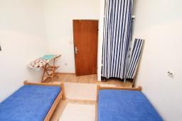 Спальня 2. Черногория, Нивице : Дом на берегу моря с отдельным входом, 4 спальни, 2 ванные, огромная гостиная с балконом и шикарным видом на море. Большая терраса на заднем дворе с барбекю. Приватный пляж с лежаками.