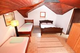 Спальня. Черногория, Ораховац : 2-х этажный апартамент для 10 человек, с 3-мя отдельными спальнями, с 3-мя ванными комнатами, с отдельным входом, с большой террасой, возле пляжа