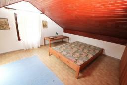 Спальня 2. Черногория, Ораховац : 2-х этажный апартамент для 10 человек, с 3-мя отдельными спальнями, с 3-мя ванными комнатами, с отдельным входом, с большой террасой, возле пляжа