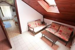 Коридор. Черногория, Ораховац : 2-х этажный апартамент для 10 человек, с 3-мя отдельными спальнями, с 3-мя ванными комнатами, с отдельным входом, с большой террасой, возле пляжа