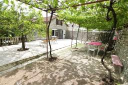 Терраса. Черногория, Ораховац : 2-х этажный апартамент для 10 человек, с 3-мя отдельными спальнями, с 3-мя ванными комнатами, с отдельным входом, с большой террасой, возле пляжа
