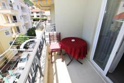 Балкон. Черногория, Рафаиловичи : Апартамент с отдельной спальней, 70 метров до моря