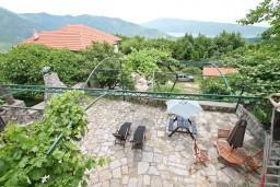Вид на море. Черногория, Герцег-Нови : 2-х этажный дом с 3-мя отдельными спальнями с ванными комнатами, с большой гостиной и кухней, с бассейном, с большой террасой с видом на море, место для барбекю, в тихом месте