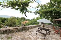 Территория. Черногория, Герцег-Нови : 2-х этажный дом с 3-мя отдельными спальнями с ванными комнатами, с большой гостиной и кухней, с бассейном, с большой террасой с видом на море, место для барбекю, в тихом месте