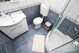 Ванная комната. Черногория, Герцег-Нови : Большая студия с террасой на первом этаже