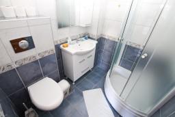 Ванная комната. Черногория, Герцег-Нови : Студия в Савина с террасой на первом этаже