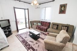 Гостиная. Черногория, Нивице : Апартамент для 4-7 человек, с 2-мя отдельными спальнями, с террасой с видом на море, 100 метров до пляжа