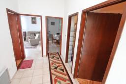 Коридор. Черногория, Нивице : Апартамент для 4-7 человек, с 2-мя отдельными спальнями, с террасой с видом на море, 100 метров до пляжа